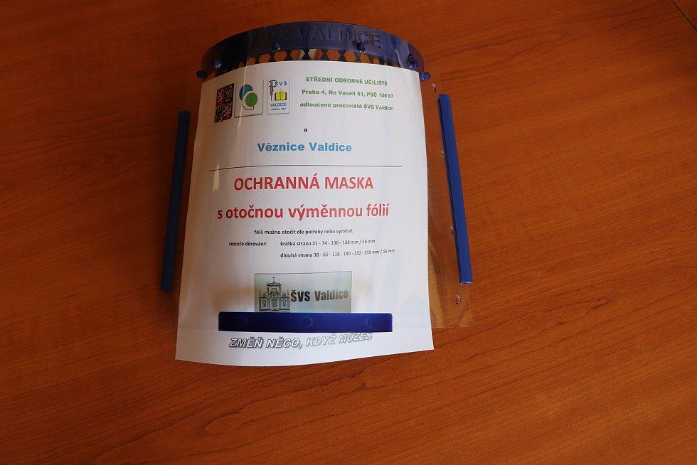 Do šití roušek a výroby ochranných štítů se zapojili i odsouzení z Věznice Valdice.