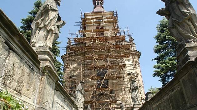 Krypta velišského kostela byla odkryta a prozkoumána.