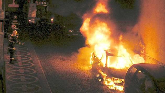 Plameny automobil zcela zničily.