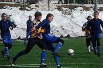 NOVOPACKÝ OBRÁNCE Jirka Macháček (v tmavém) bojuje o míč se soupeřem z Chlumce nad Cidlinou.