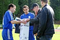DÁREK K NAROZENINÁM. Hrajícímu trenéru Viktoru Pařízkovi (vlevo) k čtyřicátinám blahopřáli před utkáním funkcionáři novopackého klubu, Otakar Vágenknecht a Pavel Kraus.