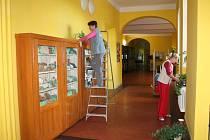 Poslední tahy prachovkou, naleštit podlahu, zalít kytičky a studenti už mohou do packého gymnázia nastoupit.