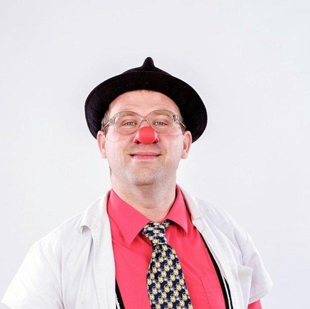 Tomáš Berka jezdí do jičínské nemocnice jako zdravotní klaun.