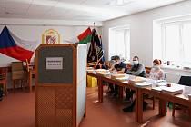 Do volebních místností v Lázních Bělohradě, které byly například i v hasičské zbrojnici a ve škole, nahlédl se svým fotoaparátem Václav Lejdar.