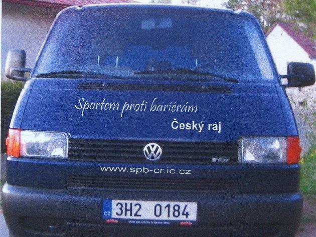 Modrý volkswagen novopackého sdružení Sportem proti bariérám.