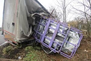 Řidiče kamionu si po nehodě převzali do péče záchranáři.
