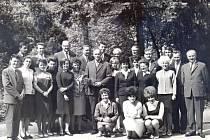 Učitelé se studujícími při zaměstnání v Jičíně roku 1967.