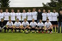 BENEFIČNÍ UTKÁNÍ mezi házenkáři a fotbalisty Jičína vyznělo lépe pro fotbalisty, kteří zvítězili v poměru 3:1. Na snímku je zachyceno mužstvo házenkářů HBC Ronal Jičín.