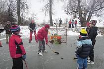 Grilování na ledě v Kostelci.