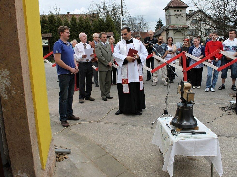 V Lánech vysvětili a instalovali nový zvon.