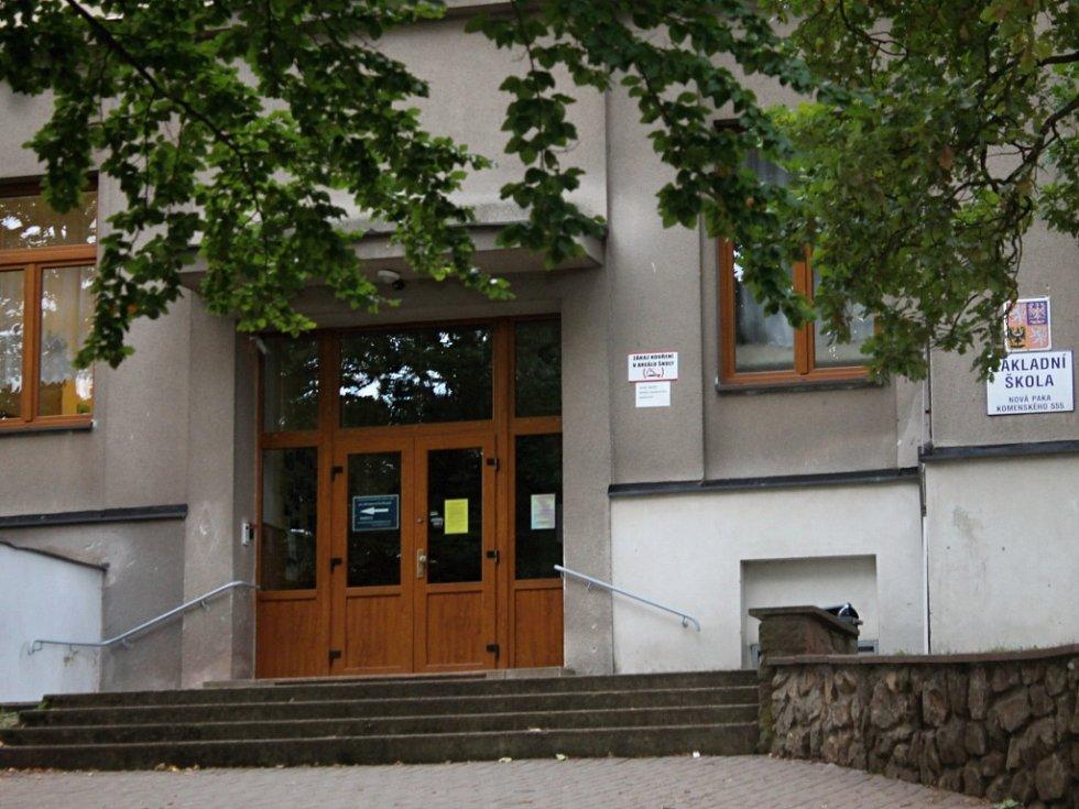 Vchod do novopacké ZŠ Komenského s upozorněním o zvláštních hygienických opatřeních kvůli žloutence.