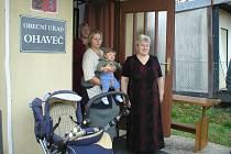 Budova Obecního úřadu Ohaveč slouží také například k vítání nových občánků obce, archivní snímek je z roku 2004.