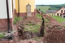 Práce na rekonstrukci peckovského kostela.