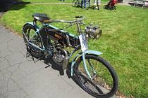 Přehlídka motocyklů s řemenovým pohonem.
