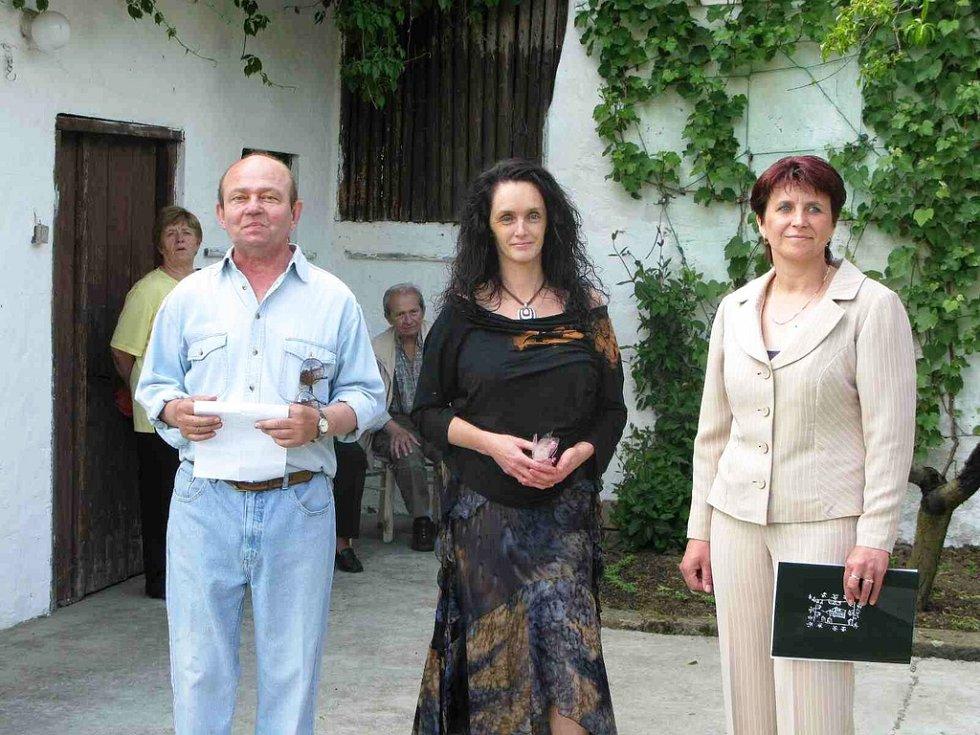 Jiří Qido Valter, Renata Culková a Eliška Formanová při vernisáži výstavy.