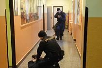 Policisté na hořické ZŠ Komenského.