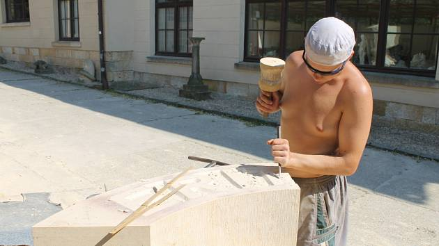 Studentské sochařské sympozium v hořické sochařské škole.