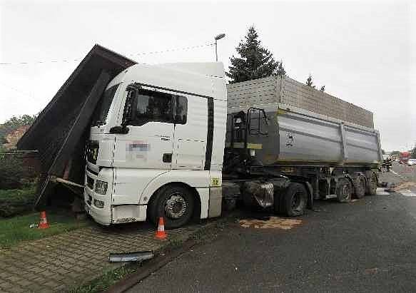 Nepozorný řidič se u Ohařic srazil v protisměru s kamionem