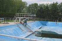 Na koupalištích je prováděna předsezonní údržba a je postupně napoustěna voda.