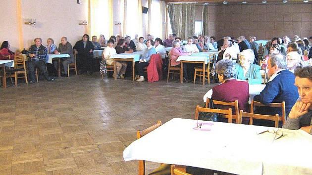 Výroční schůze novopackého Svazu tělesně postižených.