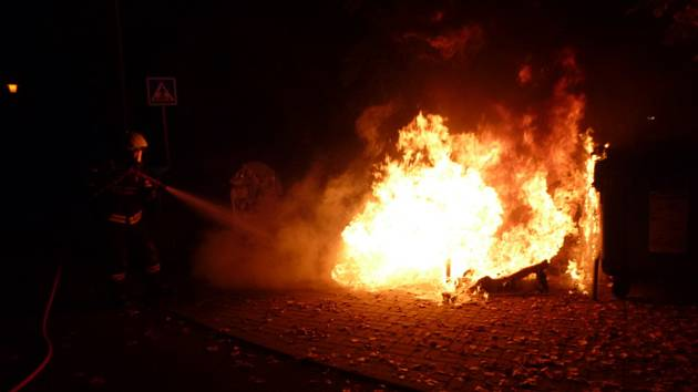 Požár pěti kontejnerů museli v noci na sobotu řešit novopačtí hasiči.
