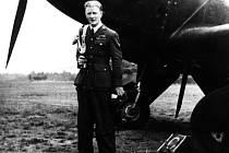Vlastimil Veselý u letounu 96. squadrony v červnu 1941.