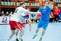HÁZENKÁŘI Jičína sehráli na mezinárodním turnaji v Považské Bystrici tři utkání, v nichž získali tři body. Na snímku při obranné práci Martin Loskot a Ondřej Šulc.