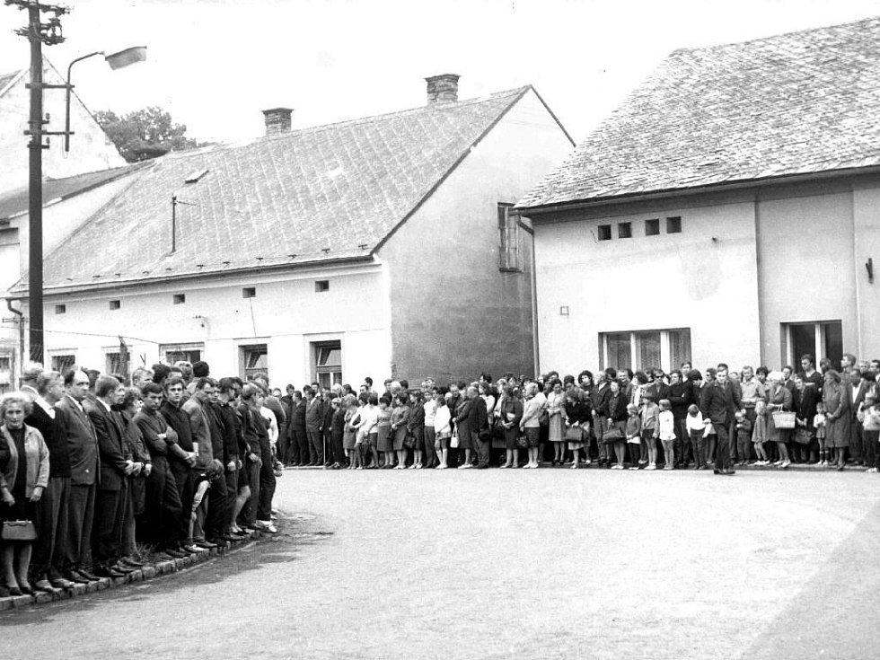 Z pohřbu jičínských občanů Jaroslava Veselého a Zdeňky Klimešové.