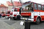 První máj v Jičíně: hasiči na Valdštejnově náměstí.