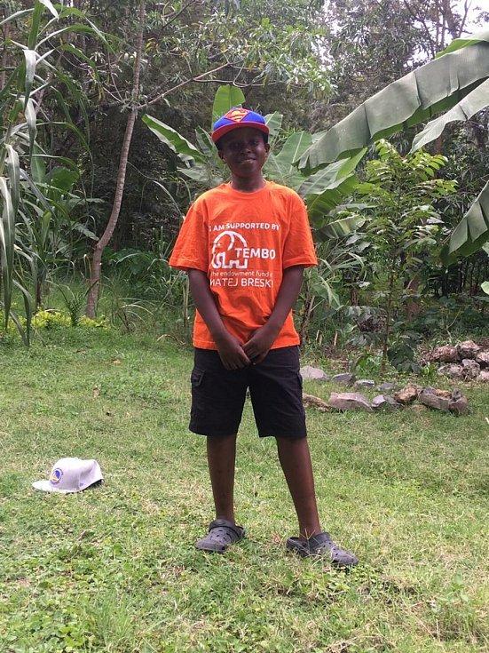 I když koronavirová epidemie nás v mnohém omezuje, záchranáře Matěje Břeského z Jičína v jeho záměrech sice zbrzdila, ale nezastavila. Jak sám říká, život musí jít dál. Vloni nemohl do Afriky odletět, tak poslal kompenzační pomůcky poštou.