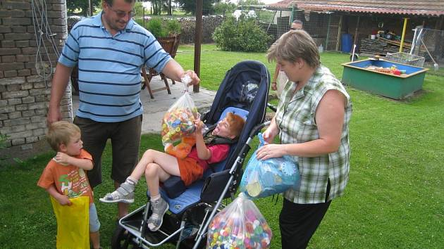 Ondra Dušek s rodinou v Ostrově u Hořic.