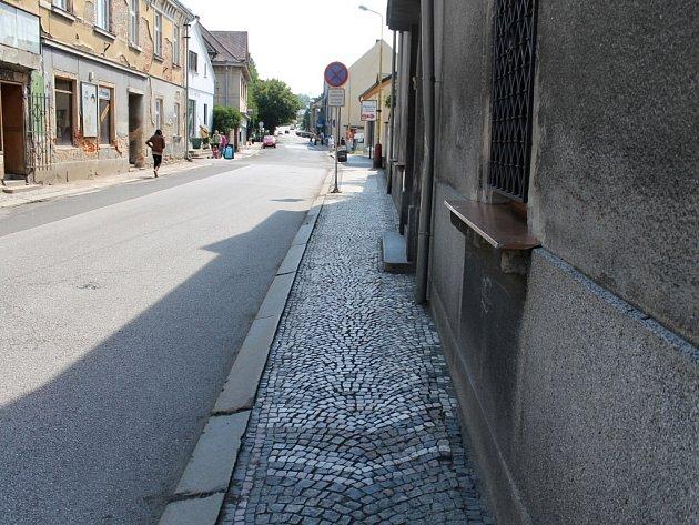 Chodník v Jičínské ulici v Sobotce čeká na zásah stavbařů.