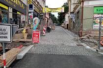 Oprava ulice je součástí rekonstrukce na rozšíření komunikací a zvýšení bezpečnosti chodců.