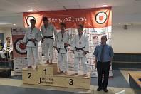 Mladý jičínský judista Tadeáš Čeřovský (druhý zprava) vybojoval v Jablonci bronz.