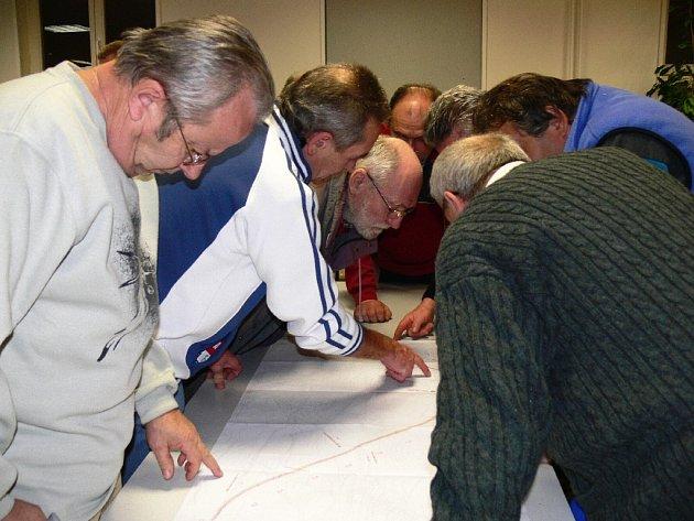 Bělohradští občané prohlížejí trasu přeložky.