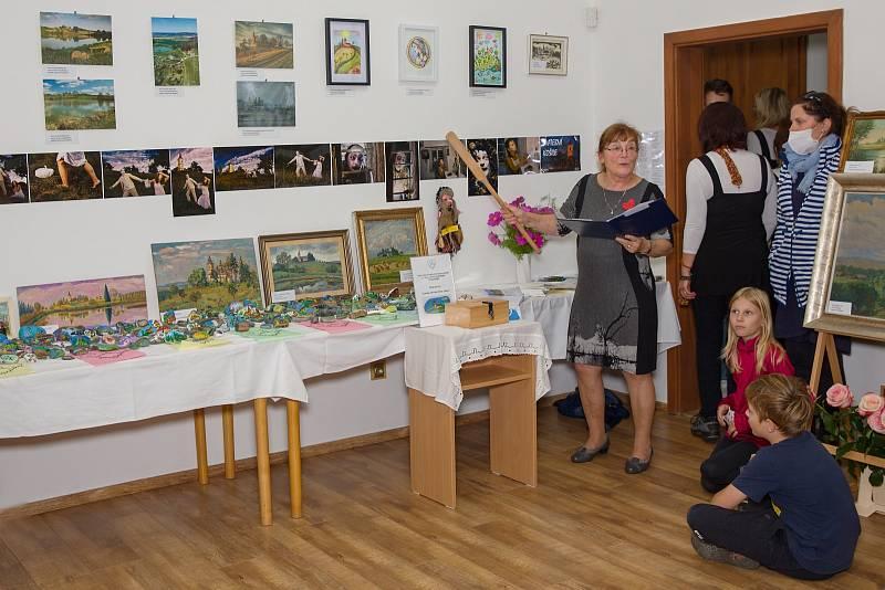 Z lásky k nedalekým Byšičkám uspořádali v Lukavci výstavu artefaktů vztahujících se k tomuto mystickému místu s cílem přispět na opravu místního kostela svatého Petra a Pavla.