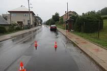 Malá cyklistka v dešti přehlédla přijíždějící automobil a vjela mu přímo do cesty. Do Staré Paky pro ni letěl vrtulník.