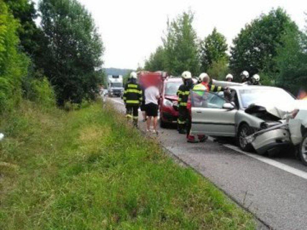 Při řetězové srážce v katastru obce Dřevěnice se zranili dva lidé.