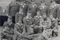 Skupinový snímek dobrovolných hasičů z Hlásné Lhoty - před více než třiceti lety.