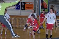 Jičínský hráč Martin Bareš prochází obranou hostí.
