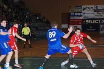 Utkání podzimní části sezony Jičín – Hranice (24:16). Na snímku se s míčem probíjí hostující obranou jičínský hráč Jiří Klouček.