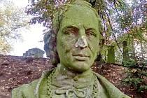 Poškozený pomník Josefa Ladislava Jandery.