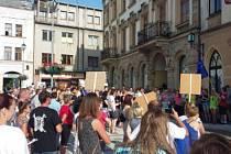 Na hořickém náměstí se v úterý navečer sešlo dvě stě lidí na protestu proti premiéru Babišovi.