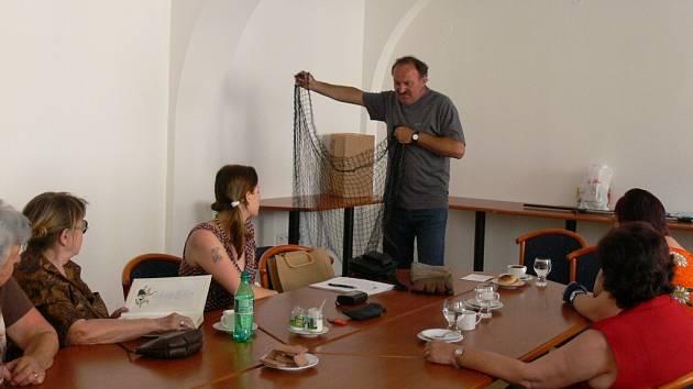 Pracovník Technických služeb Jan Kaňka předvádí techniku odchytu toulavých psů pomocí sítě.