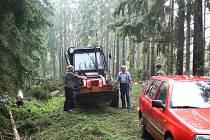 Dělníci v lese  u Pusté Proseče začali odklízet nejdříve stromy, spadlé do vozovky. Informace z centrau ČEZ - technici poruchu elektrického proudu v obci již nahlásili, termín odstranění zatím nebyl upřesněn. Lesy ČR ztráty vyčíslují.
