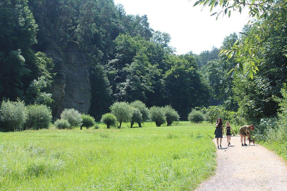 Ráj pro turisty a cyklisty. Kost a s ní spojené údolí Plakánek láká lidi na kolech i bez nich. Do údolí je kvůli bezpečnosti a ochraně přírody vjezd na kole zakázán.