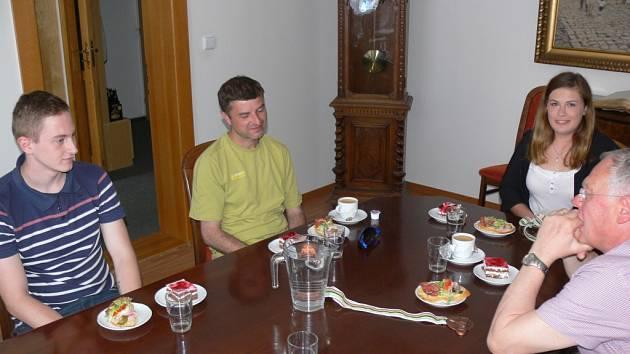 Mladé kuželkáře přijal na radnici starosta Jan Malý.