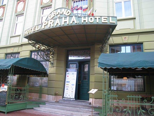 Vchod do jičínského Grand hotelu Praha.