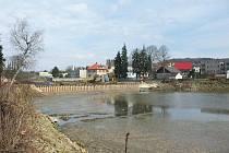 Jičínský rybník Kníže s koupalištěm v rekonstrukci.