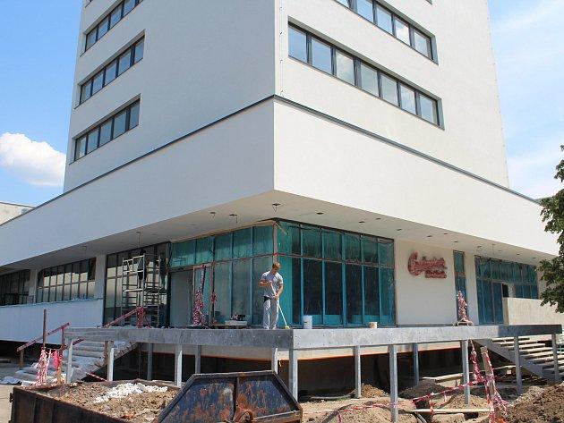 Jedenáctiposchoďová budova hotelu reStart (původně Start) nabídne k ubytování více ne 40 pokojů a k občerstvení tři restaurace. Součástí čtyřhvězdičkového resortu bude i parkoviště s dobíjecí stanicí pro elektromobily. Hotel bude zprovozněn o prázdninách.